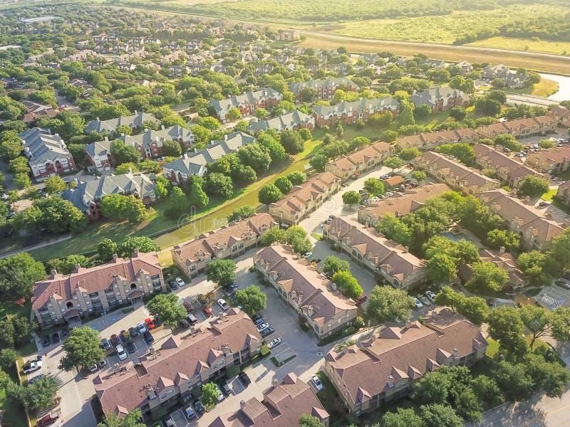 顶视图绿色细分住宅房子和公寓comp 免版税库存照片
