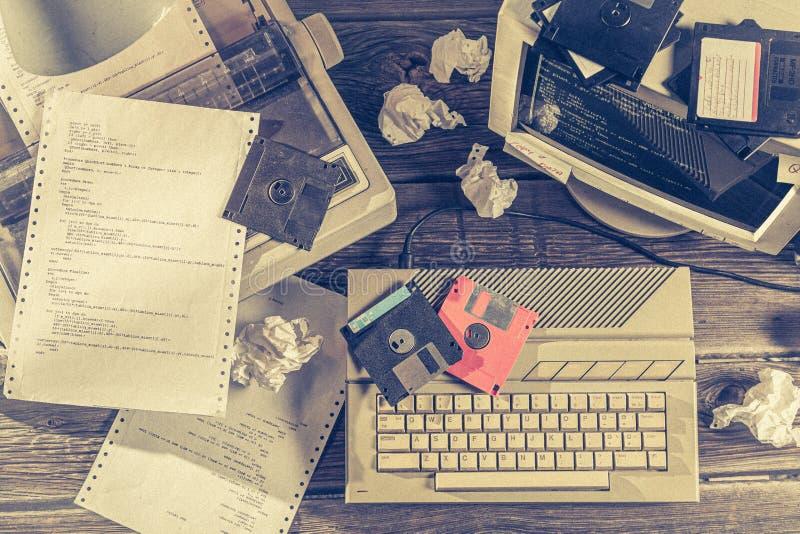 顶视图编程在老计算机上在实验室里 免版税库存图片
