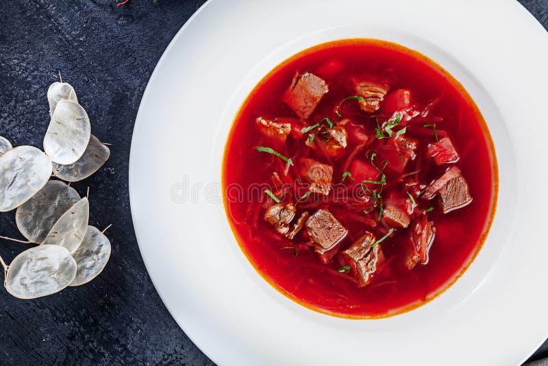 顶视图罗宋汤,乌克兰烹调酸汤,用肉,土豆,甜菜根 r 在碗的红色汤有拷贝空间的为 免版税库存图片