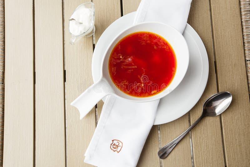 顶视图罗宋汤,乌克兰烹调酸汤,用肉,土豆,甜菜根 r 免版税图库摄影