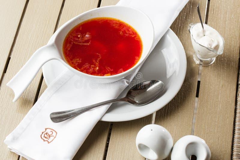 顶视图罗宋汤,乌克兰烹调酸汤,用肉,土豆,甜菜根 r 图库摄影