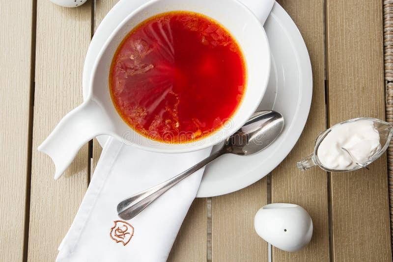 顶视图罗宋汤,乌克兰烹调酸汤,用肉,土豆,甜菜根 r 库存图片