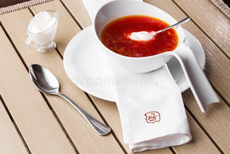 顶视图罗宋汤,乌克兰烹调酸汤,用肉,土豆,甜菜根 r 免版税库存图片