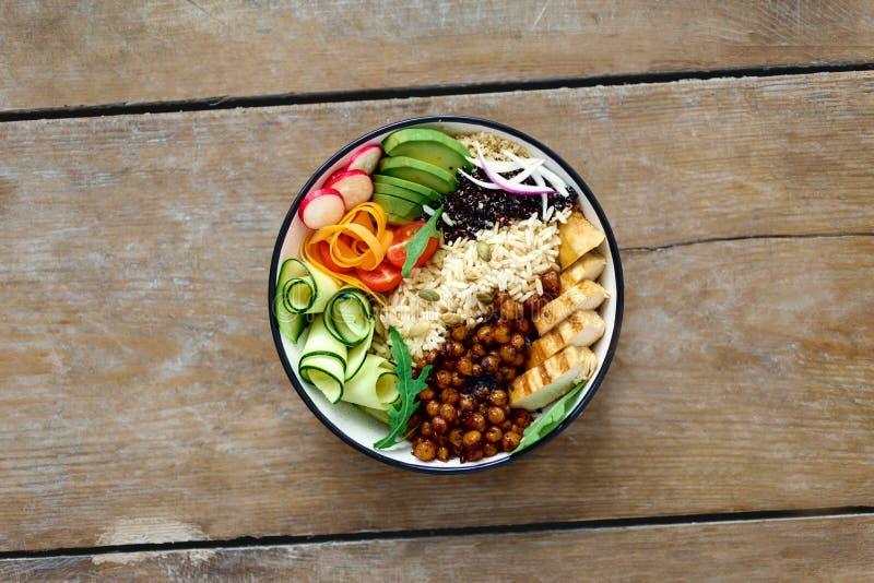 顶视图菩萨碗干净的平衡的健康食物概念鸡 免版税库存图片