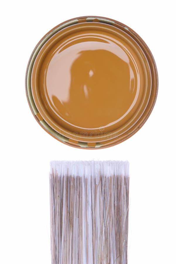 顶视图褐色油漆能与刷子 库存图片