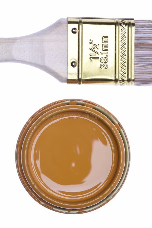 顶视图褐色油漆能与刷子 免版税库存图片