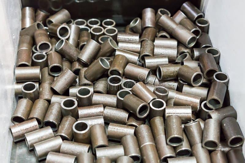 顶视图许多钢管在被削减的过程以后由自动和准确性带看见了切割机或其他工具在箱子 库存图片