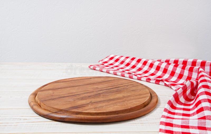 顶视图起了皱纹红色桌布和板条在木桌上,假装  库存照片