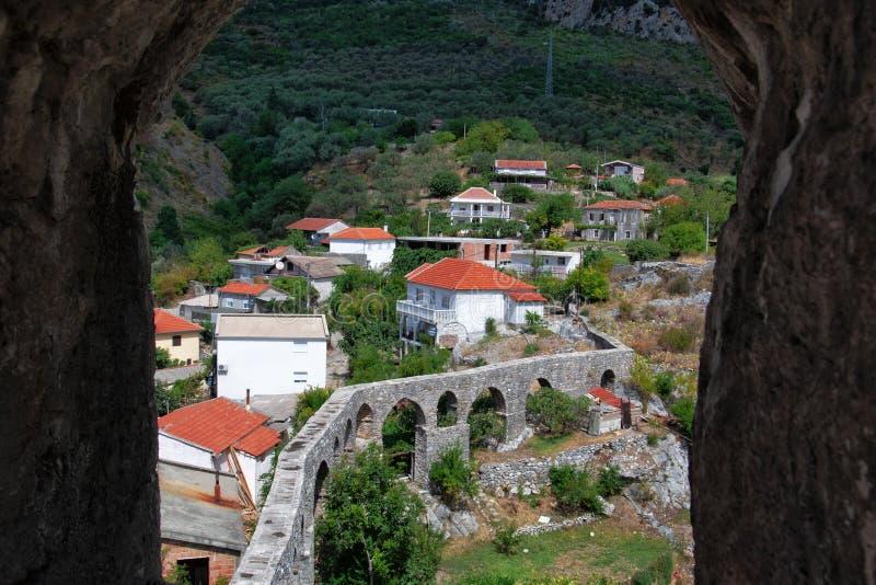 顶视图通过与堡垒的石曲拱 在老酒吧的渡槽在黑山 库存图片