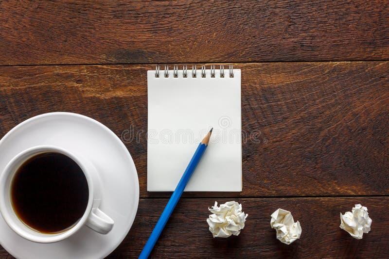 顶视图铅笔,便条纸,弄皱了在办公室的纸无奶咖啡 免版税图库摄影