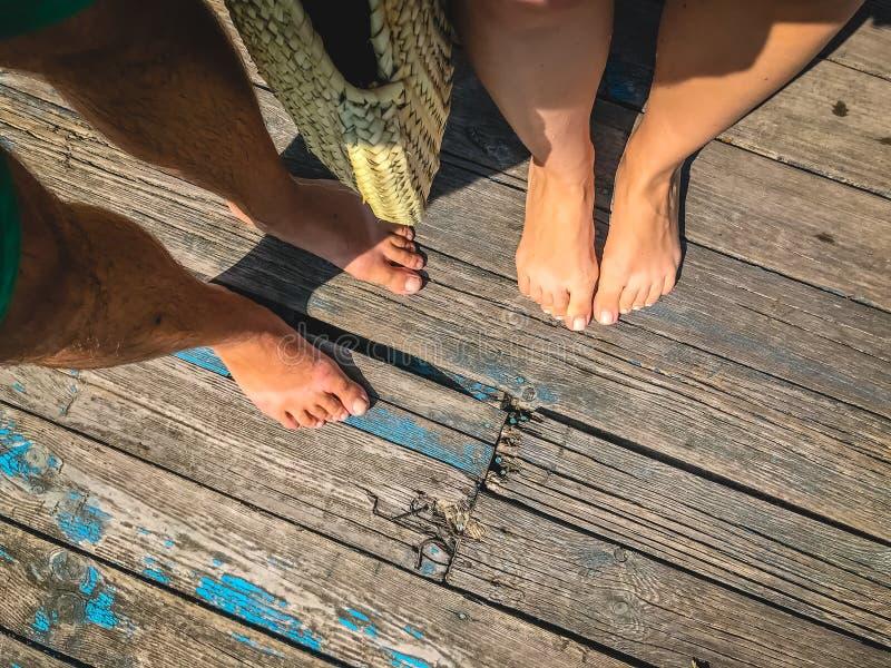 顶视图,一个对的照片在一个木老地板上的赤脚 r 免版税库存照片