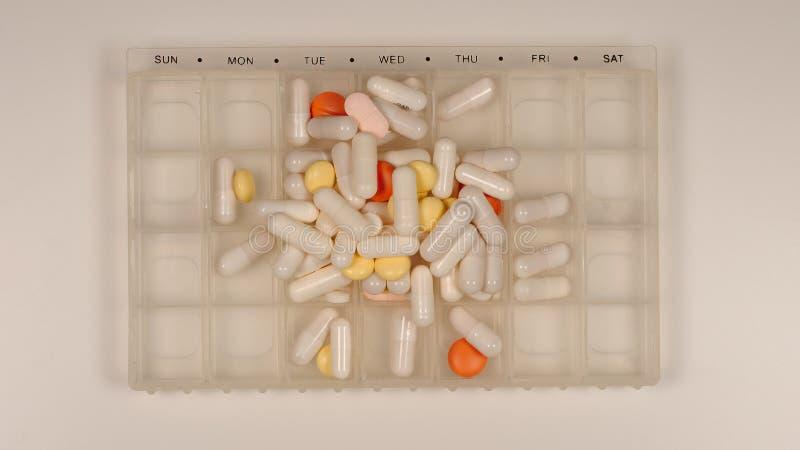 顶视图:药片堆在药片分配器的 免版税库存图片