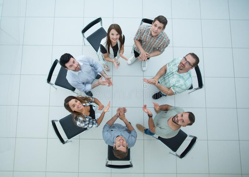 顶视图 上司和企业队在简报前鼓掌 免版税库存照片