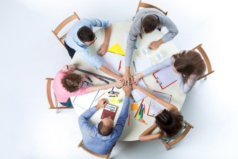 顶视图 事务的团结的手在工作区背景合作 库存照片