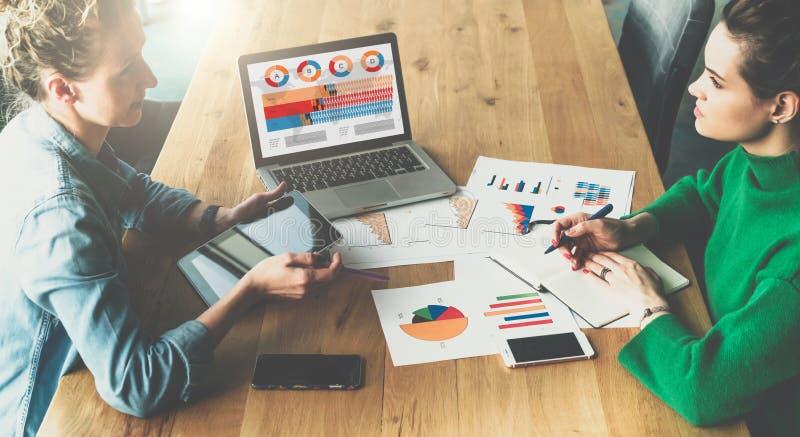 顶视图 企业生意人cmputer服务台膝上型计算机会议微笑的联系与使用妇女 坐在会议室的两个年轻女商人在桌和谈论上 图库摄影
