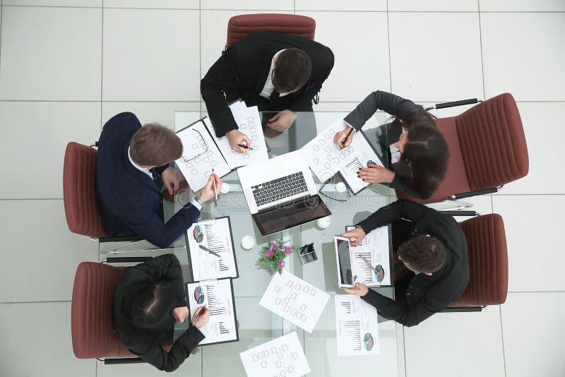 顶视图 企业队在会议室举行简报 免版税库存照片