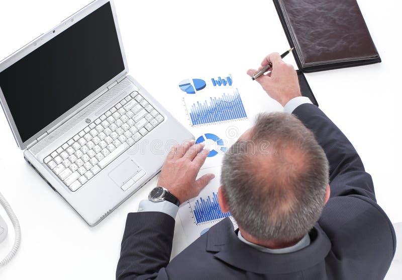 顶视图 商人检查财务数据 免版税库存图片