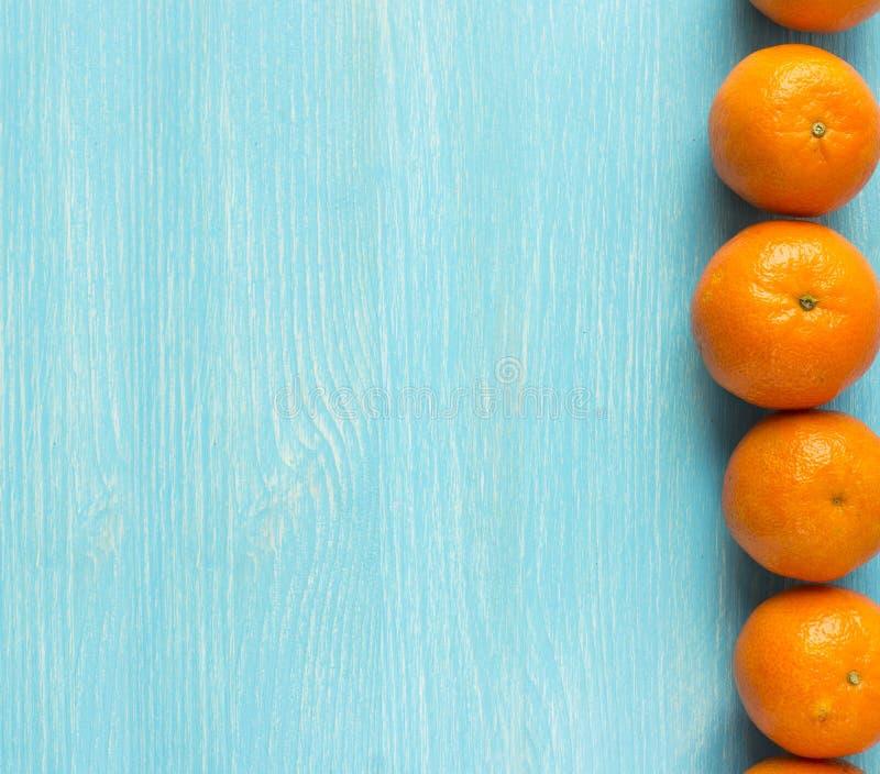 顶视图 在木背景的新鲜的蜜桔 在一个木碗的普通话有文本的拷贝空间的 成熟和鲜美蜜桔 免版税图库摄影