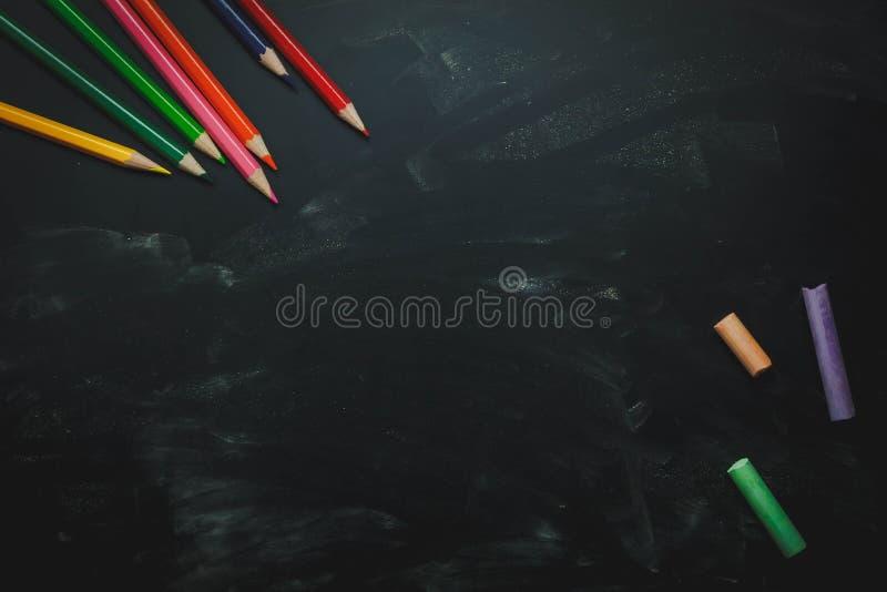 顶视图/平的位置颜色铅笔和五颜六色的白垩 免版税库存图片