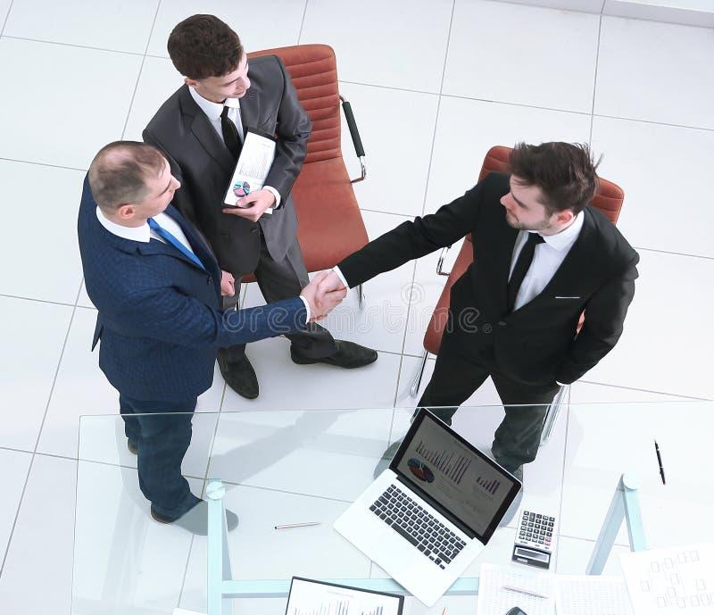 顶视图 握手商务伙伴 合作的概念 免版税库存照片