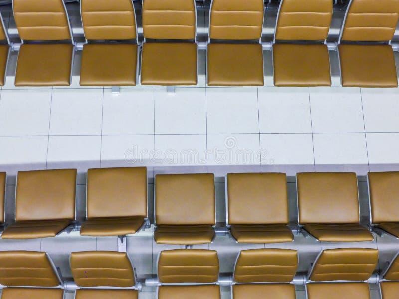顶视图-棕色椅子行等待的在机场 库存图片