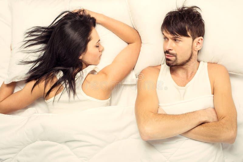 顶视图 睡觉在床上的白女孩 免版税库存图片