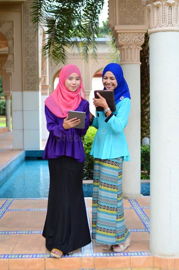 顶头围巾的年轻亚裔回教妇女 库存图片