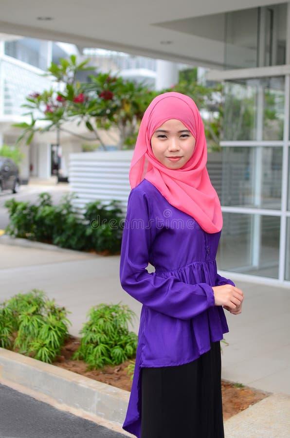 顶头围巾的年轻亚裔回教妇女 库存照片