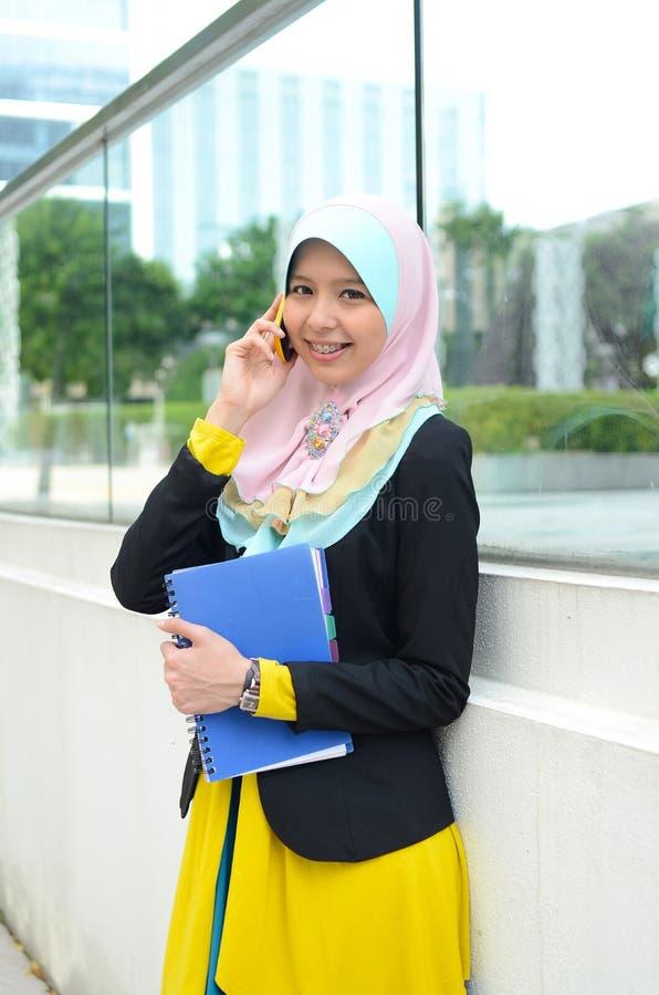 顶头围巾的年轻亚裔回教妇女 免版税图库摄影