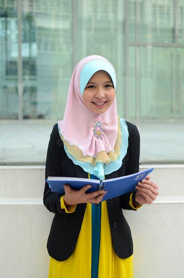 顶头围巾的年轻亚裔回教妇女 免版税库存图片