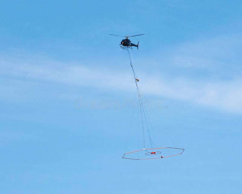 项目交付,物品的运输乘直升机 免版税库存图片