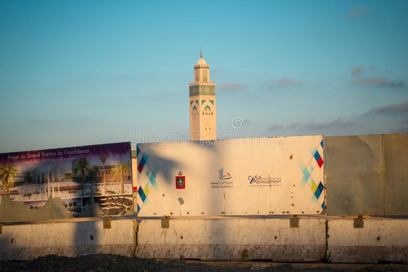 项目广告牌包围的著名哈桑二世清真寺的看法 免版税图库摄影