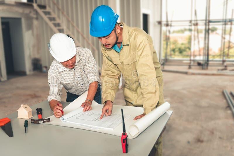 项目建筑工程师队工业在站点架设 工程师项目管理飞行为的队和建筑师 免版税库存照片