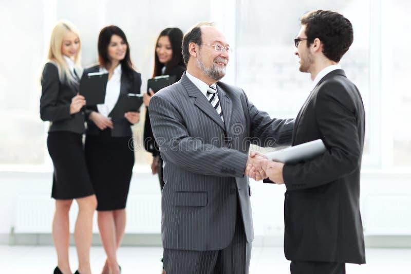 项目负责人与雇员握手在研讨会之前 库存照片