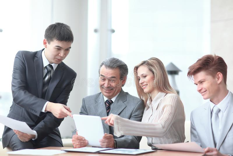 项目负责人和企业队使用一种数字式片剂得到操作的信息 免版税库存图片