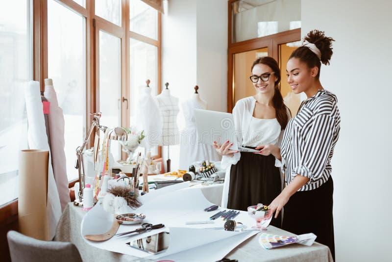 项目负责人consultates年轻设计师 两名妇女在设计演播室 免版税图库摄影