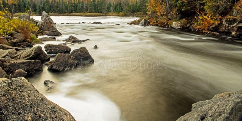 顺流在约克河在秋天 免版税库存照片
