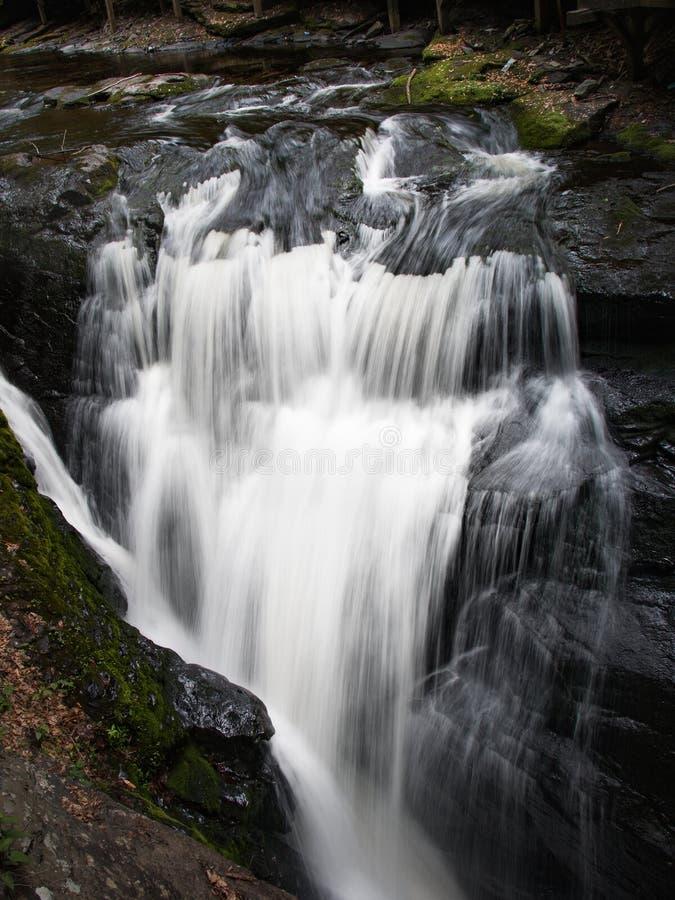 顺流小瀑布从Bushkill落,宾夕法尼亚 免版税库存照片