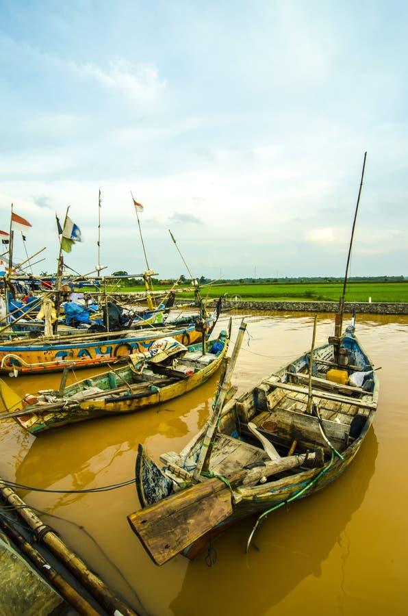 顺流河的小船渔夫印度尼西亚人民 库存照片