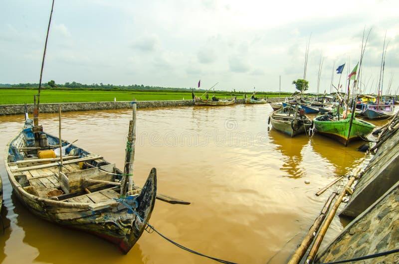 顺流河的小船渔夫印度尼西亚人民 图库摄影