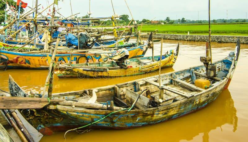 顺流河的小船渔夫印度尼西亚人民 免版税库存照片