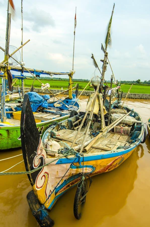 顺流河的小船渔夫印度尼西亚人民 库存图片