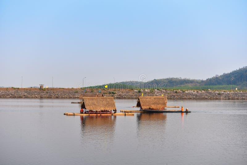 顺流浮动木筏 库存图片