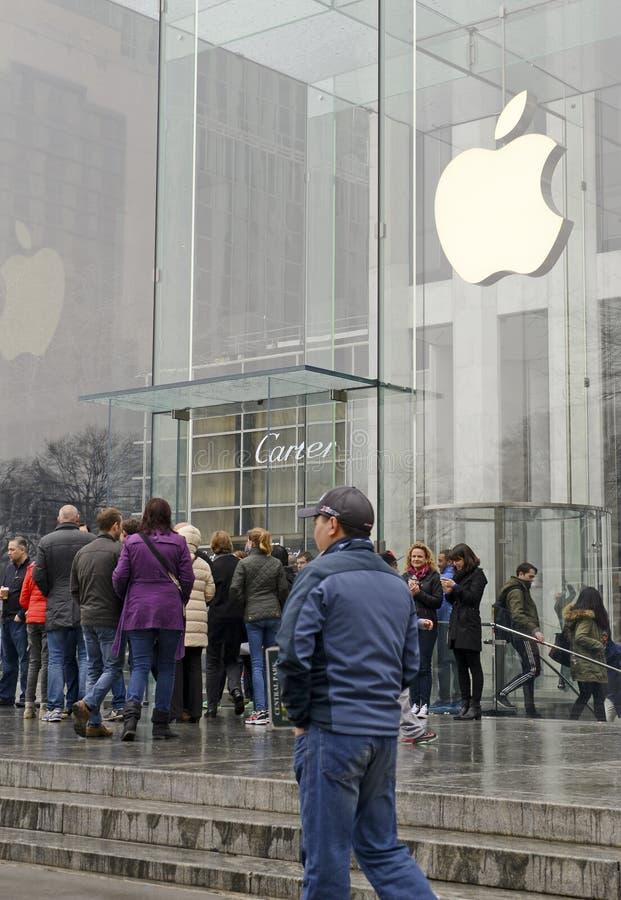 顾客人群在苹果计算机商店之外的在预先订货苹果计算机手表的纽约 免版税库存图片
