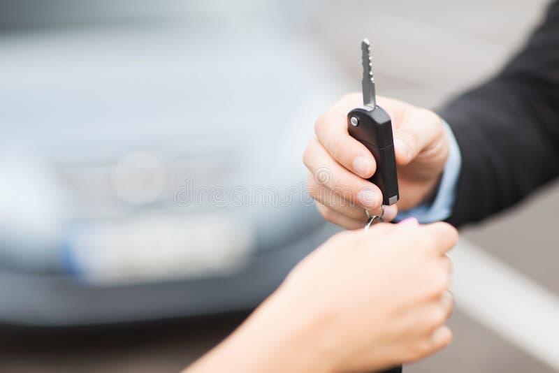 顾客和推销员有汽车钥匙的 免版税库存照片