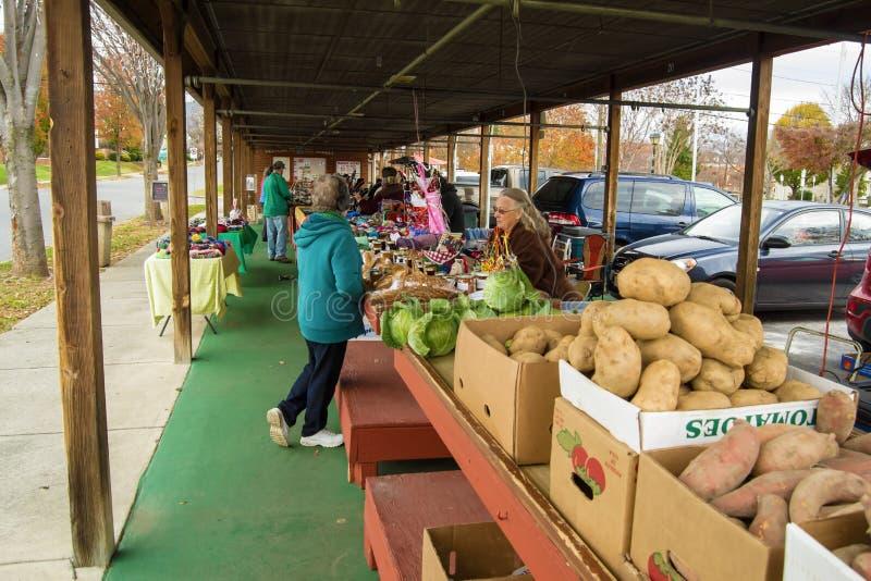 顾客在历史的萨利姆农夫市场上 免版税库存照片