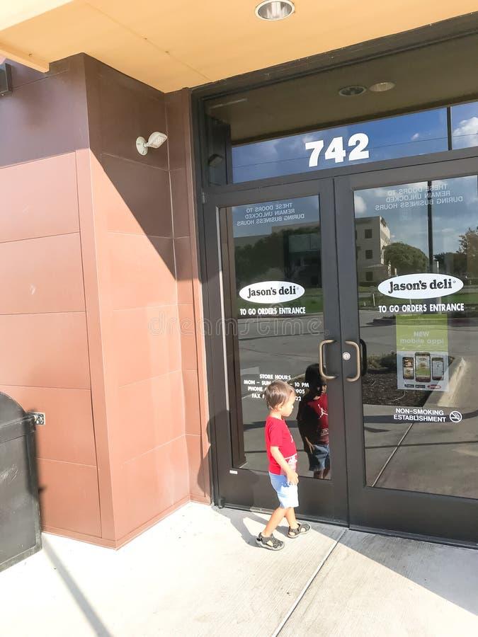 顾客在Lewisville,得克萨斯送进贾森熟食店联锁饭店, 免版税库存图片