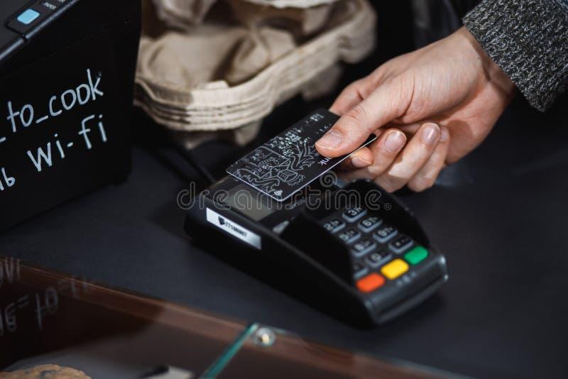 顾客支付与不接触的信用卡在商店 免版税库存照片