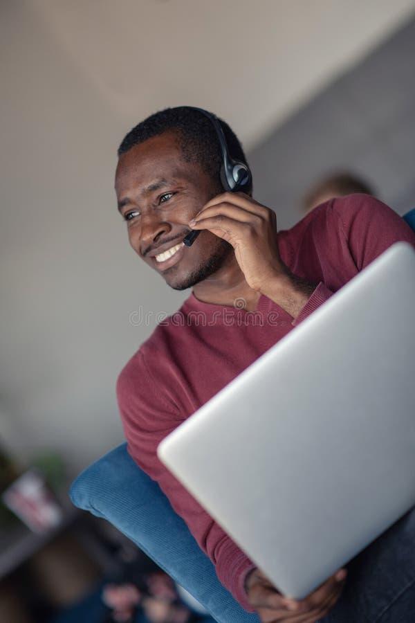顾客服务代理在有膝上型计算机的一个起始的办公室 库存图片