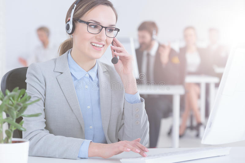 顾客服务代理在电话中心 免版税库存图片